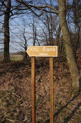 """Wegweiser zur XXL-Bank oberhalb von Langen-Brombach - zu finden nahe der """"Heiner-Hütte"""", Abzweig von der Qualitätswanderroute """"Fernblickweg"""".   (©odenwaldlust)"""
