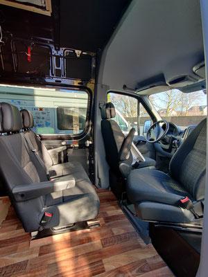 neue Zweierrückbank und Drehkonsole für den Beifahrersitz