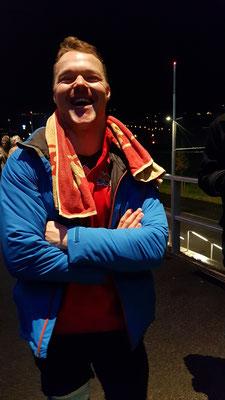 Was ist da los? Da trägt Jemand Dinus Jacke? Ah, Jan Neuenschwander nach dem Match!