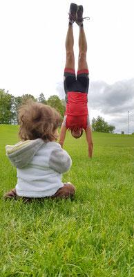 Julia bestaunt Tabeas Handstand