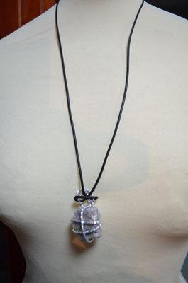 Design + Entwurf: Zeitzeugen-Manufactur. Anhänger mit Lederband. Ein Einzelstück in Handarbeit gefertigt aus gehämmerten Aludraht und einem echten Stein. Preis: 8,90 €