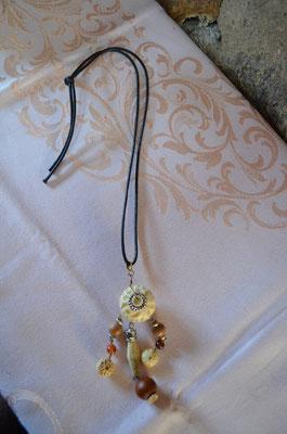 Ethno Anhänger mit Kunststoff Perlen. Die gewachste Kordel ist neu. Preis: 6,90 €