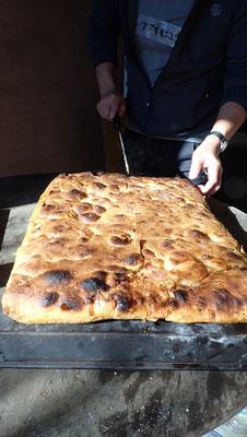 元プロのパン屋さんによるフォカチャ、石窯で焼き立てを3種類。