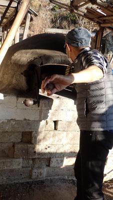 石窯も恒例になりました。今年はフォカチャとカンパーニュ。