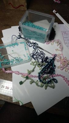 bracelets variés  pour un moment de créativité.