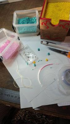 Des perles sur un fil, naissance de bijoux au crochet programmée, quand la créativité s'anime au bout des doigts par les Tiroirs Secrets de Fantine