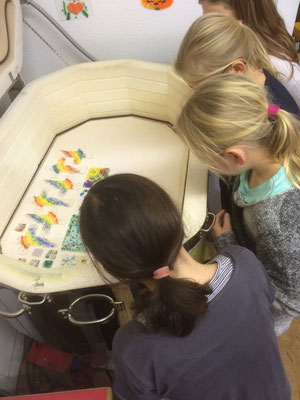Gespannter Blick in den Ofen auf die selbstgebastelten Kunstwerke