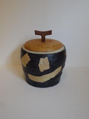 「カムイユラカの壺」蓋物/FUTAMONO-YA。陶芸家森下真吾の器と、木工家清水泰の蓋、八ヶ岳の作家による新たなコラボレーションブランド。八ヶ岳の家具工房ZEROSSOの創作家具。