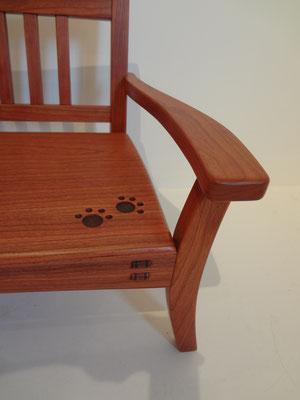 猫のためのスタイリッシュベンチ、チェリ-。猫の足跡と楔がアクセント。八ヶ岳の家具工房ZEROSSOの創作家具。