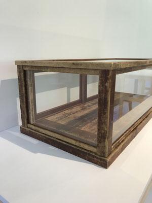 番重をリメイクして完成したショーケース。ZEROSSO、清水泰のオリジナル作品です。Gallery ZEROSSO、家具工房ZEROSSO。
