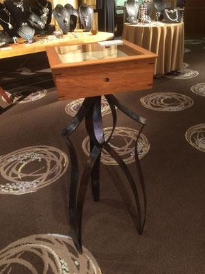 ショーケース。鉄の脚部に木製のショーケース、天板はガラス入り。/feeLife YATSUGATAKE/八ヶ岳の家具工房ZEROSSO 創作家具