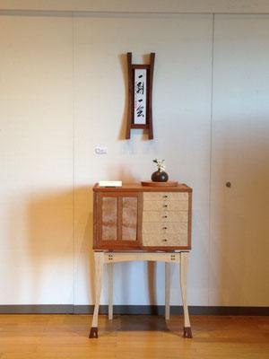 コンソール「LADY」を使って床の間風に飾りました。LADYは名刺代わりに製作した、色々盛り込んだ作品。扉に、抽斗に、本体の組手に、脚部の曲線美。どんな表現ができるかを一つの作品に多く表現した作品です。/八ヶ岳の家具工房ZEROSSO アート作品 アート家具 創作家具