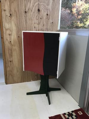 コンパネで作ったスリッパ用キャビネット。扉の合わせ目のカーブ、色のコントラスト。遊び心満載のキャビネットです。/八ヶ岳の家具工房ZEROSSO アート作品 アート家具 創作家具