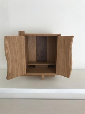 曲面の扉を開けると、中はこんな様子です。/八ヶ岳の家具工房ZEROSSOのお仏壇