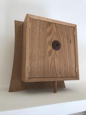 L型の脚に、扉の合わせ目をS型にしたタイプ。材はクルミです。/八ヶ岳の家具工房ZEROSSOのお仏壇