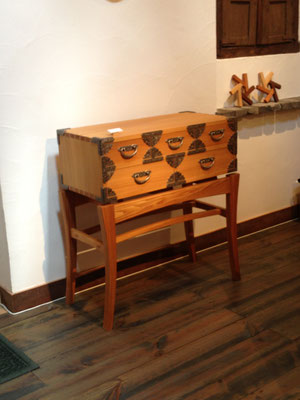 コンソール「SAMURAI」。仙台箪笥の金具を用いた和の抽斗箱に、スタイリッシュな脚部を組み合わせた特徴的な作品。/八ヶ岳の家具工房ZEROSSOの創作家具