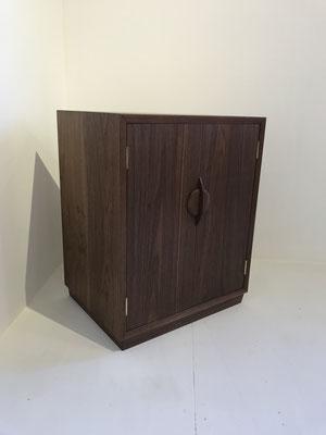 これは細い脚ではなく、土台を付けたタイプ。/八ヶ岳の家具工房ZEROSSOのお仏壇