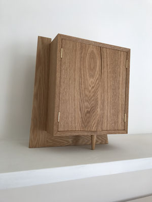 本体を支えるL型の脚と、扉の曲面が美しい作品です。/八ヶ岳の家具工房ZEROSSOのお仏壇