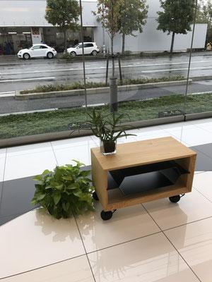 テレビ台。裏表がなく、六角形に曲げて溶接した鉄の棚を木枠にスライドさせるデザイン。/feeLife YATSUGATAKE/八ヶ岳の家具工房ZEROSSO 創作家具