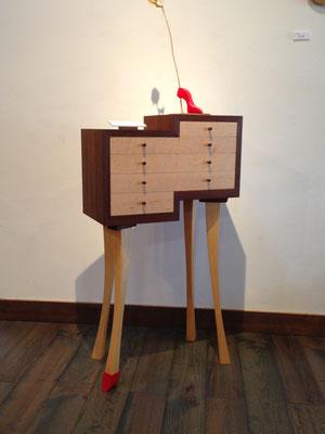 シンデレラのストーリーを表現したキャビネット。キャビネットの右が男性、王子。左が女性、シンデレラ。王子は赤いハイヒールを持って、その靴に合うシンデレラを探しに来たのです。/八ヶ岳の家具工房ZEROSSO アート作品 アート家具 創作家具