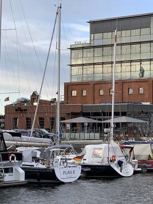 """... in die Newport Marina bei den """"Media Docks"""" ... eine tolle Marina ... da starker Seitenwind ist, kommt der Chef, um beim Anlegen zu helfen ... mit vollem Schwung düse ich in die Box ..."""