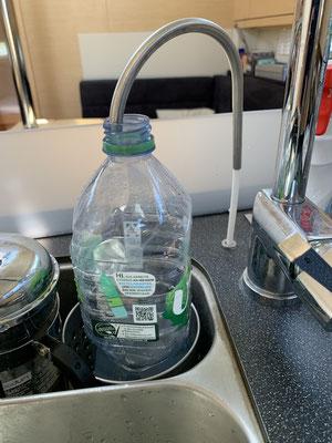"""Wenn der Motor läuft kann ich meinen """"Watermaker"""" anwerfen ... der produziert aus Meerwasser, sehr sauberes Trinkwasser. Also fülle ich meinen 300 Liter Wassertank (Wasser zum Duschen und Spülen) und auch direkt die Trinkflaschen!"""