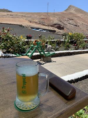 """... und ein kühles Bier! ... Es gab in den letzten Tagen noch vieles mehr zu sehen ... aber Reiseführer gibt es ja schon genug ...  Nächste Woche geht es zum ersten Mal """"Ankern"""" am Playa Blanca im Süden von Lanzarote! Bis dahin!"""