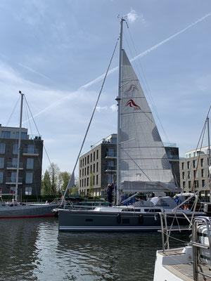... wenn der Wind zunimmt kann man das Segel verkleinern und die Kräfte auf das Rigg und das Boot zu verringern ... (hier das 1. Reff als Beispiel) ...