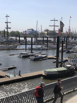 Nach gut 170 Seemeilen bin ich gegen frühen Nachmittag in Hamburg -> Plan B ist in seinem Heimathafen !!!