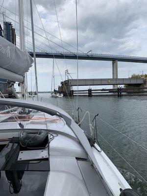 nach knapp 4 Stunden Fahrt unter Motor (Wind aus der falschen Richtung und zu schwach) geht es in Stralsund durch die Klappbrücke und über Nacht in die Marina Stralsund!
