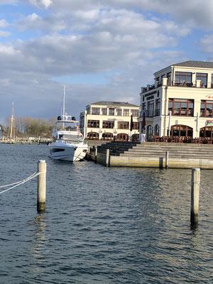 """Eine ziemlich gediegene Bootstaufe wird in meiner Zeit in Warnemünde für die Motoryacht """"Esmeralda"""" veranstaltet, inkl. Lightshow, Musik, und, und, und ...."""