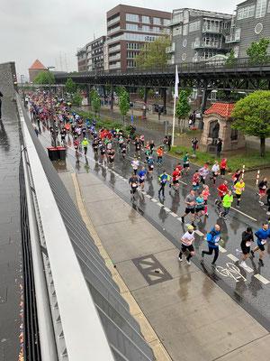 Sonntag 28.04. führt der Hamburg Marathon direkt am Hafen vorbei ... bei Kilometer 12 tun alle ihr bestes, um die Läuferinnen und Läufer bei heute leider naßkaltem Wetter anzufeuern!