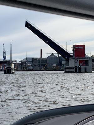 ... bis zur Klappbrücke in Lübeck ... wo ich erstmal eineinhalb Stunden auf die nächste Brückenöffnung warten musste ... aber dann um 17 Uhr wurde die Brücke pünktlich nur für mich geöffnet!