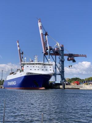 ... vorbei an einem Frachter, der mich am Morgen noch auf der Ostsee überholt hatte und nun seine Fracht entlädt (LKW-Auflieger und Container) ...