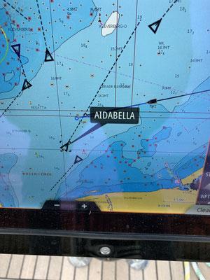 Kurz vor Kiel kreuzt die AIDA Bella ...