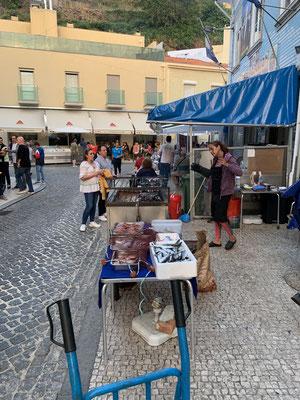 Überall wird hier auf der Straße in kleinen Restaurants gegrillt ... meist Fisch, Tintenfisch, Garnelen usw. ... lecker Essen war garantiert. Hier habe ich auch Anke und Martin von der Jambo getroffen, die ich schon in Fecamp/Frankreich getroffen hatte!
