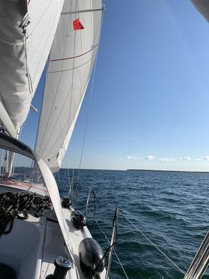 Erst ist etwas wenig Wind, aber ich ziehe die Segel hoch und schon ist ausreichend Wind da ...