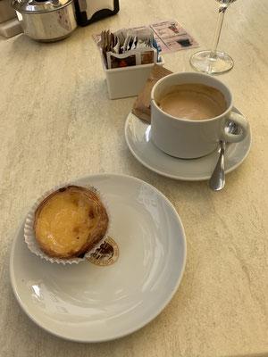 """Nach ein paar Stunden Gärten schauen , war Zeit für einen Kaffee und einen der leckeren portugiesischen """"Kuchen"""" ... deren Namen ich immer wieder vergesse! Aber sehr lecker!!!"""