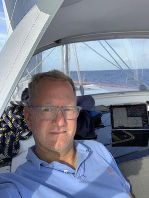 Da ich nicht 24 h am Tag aufs Wasser schauen kann, versuche ich etwas Schatten im Cockpit zu finden und lese zwei komplette Krimis durch ... Wellengang und Wind sind super angenehm ... die Segel habe ich fast bis Madeira nicht anfassen müssen1