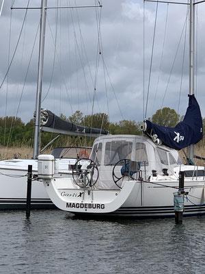... auf dem Weg zur Wiecker Klappbrücke sehe ich ein bekanntes Boot ... die GARLIX ... sie ist schon einmal und die Welt gesegelt ...