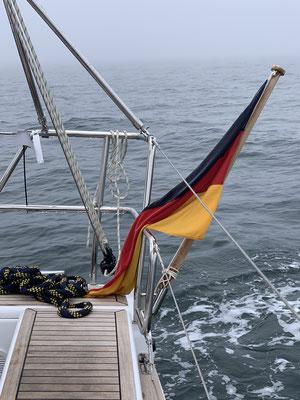 ... im Nebel hängt auch die Flagge nur schlapp herunter ... nach kürzester Zeit ist alles klamm!