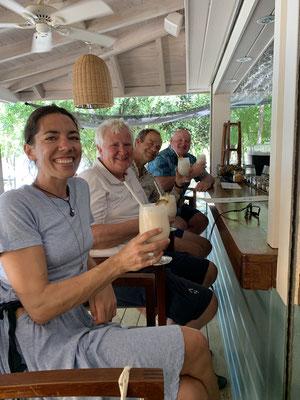 Als Dankeschön habe ich die Crew noch auf Drinks und ein ausgedehntes Abendessen eingeladen ... hier ein Teil der Crew bei den ersten Drinks an der Bar!