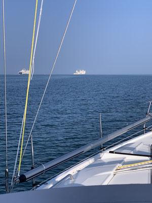 """Morgens kurz nach Verlassen der Marina """"Hohe Düne"""" in Warnemünde, heißt es erstmal auf die großen Fähren nach Skandinavien aufpassen, dann eine Lücke suchen und gen Westen  abbiegen!"""