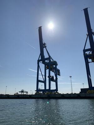 In Zeebrügge fährt man erstmal durch den Industriehafen, bevor in der hintersten Ecke der Royal Belgian Sailing Club kommt. Hier muss ich auch zum ersten Mal  Port Control und den Harbour-Master anfunken ... es wird langsam Bürokratischer :o=