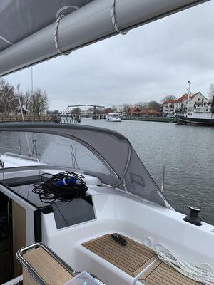 10 Minuten warten vor der Klappbrücke ... vor mir eine dänische Motoryacht, die auch aus der Hansewerft Greifswald stammt.