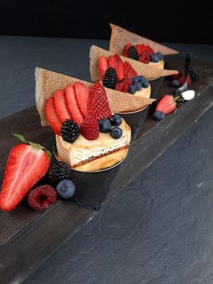 Cheesecake mit Lemoncurd, Beerenobst und Brickteigdekor. Stück 3,60 €.