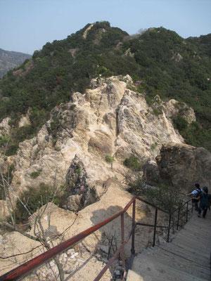下りたり登ったりの岩場です。