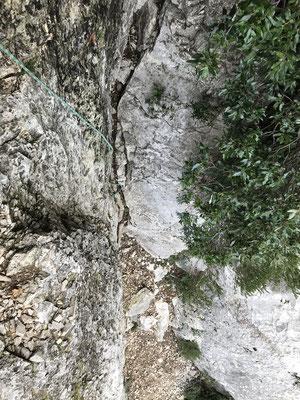 Le passage difficile passé à l'aide de la corde verte