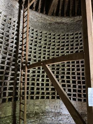 Et l'intérieur. Il peut recevoir près de 3000 pigeons et les paysans récoltaient la fiente comme engrais