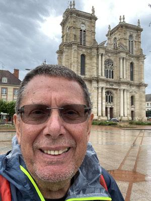 Devant la collégiale Notre-Dame à Vitry-le -François, rare accalmie dans la journée